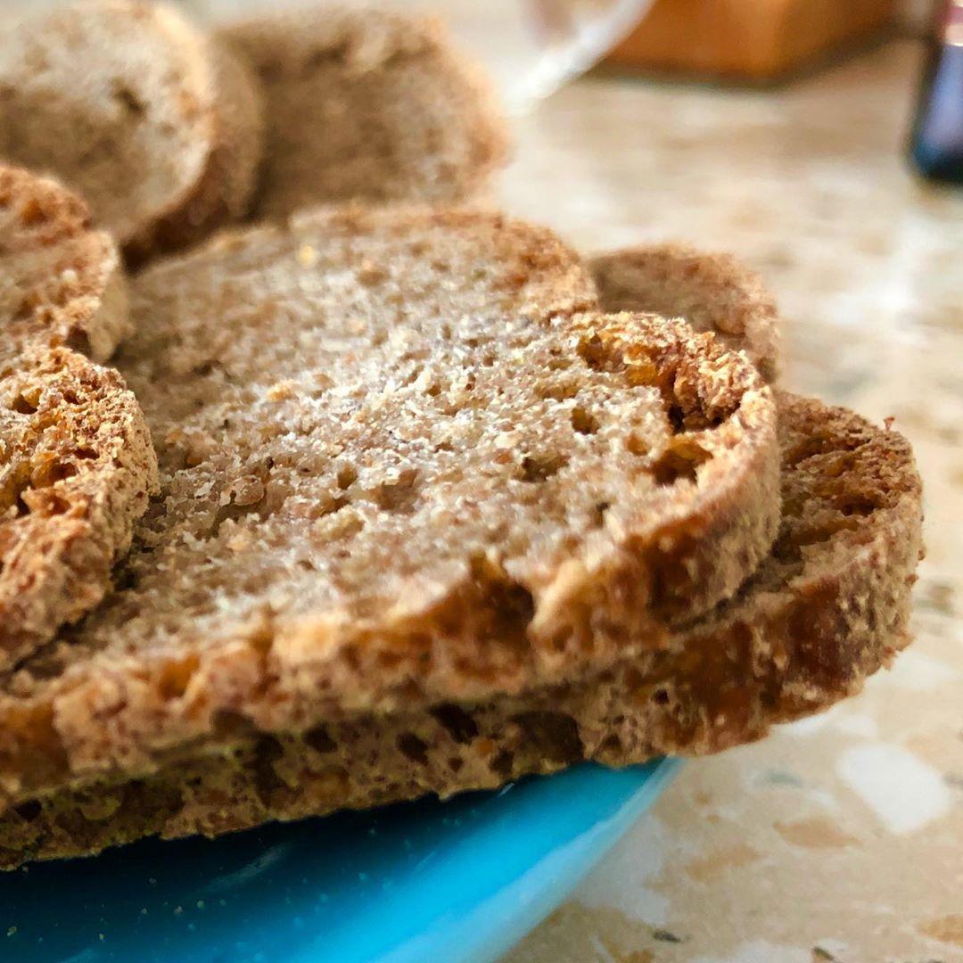 Как правильно нарезать бездрожжевой хлеб. ⠀ Безусловно, каждый сам выбирает толщ...