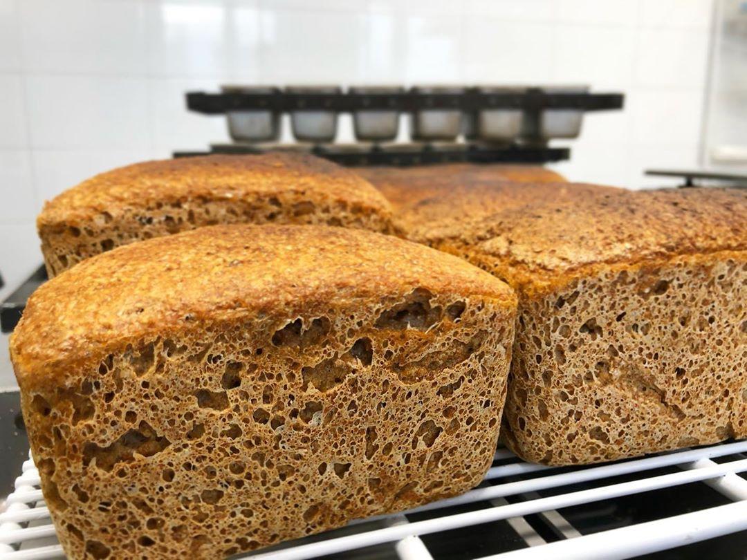 Свежий, с хрустящей корочкой, пшеничный бездрожжевой хлеб. А запах! М-м-м! Мы ис...